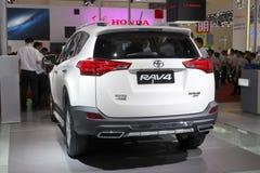 白色丰田rav4 suv汽车背面图 免版税图库摄影