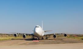 白色乘客飞机在到机场跑道  图库摄影