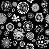 白色乱画开花在黑背景无缝的样式 免版税库存图片