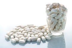 白色乳清压片在桌上的蛋白质 库存图片