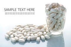 白色乳清压片在桌上的蛋白质 免版税图库摄影