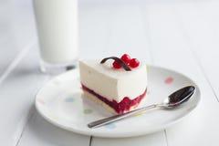 白色乳酪蛋糕用在一张木桌上的红色莓果 仍然1寿命 库存图片