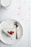 白色乳酪蛋糕用在一张木桌上的红色莓果 仍然1寿命 免版税图库摄影