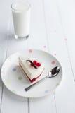 白色乳酪蛋糕用在一张木桌上的红色莓果 仍然1寿命 免版税库存照片