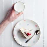 白色乳酪蛋糕用在一张木桌上的红色莓果 仍然1寿命 图库摄影