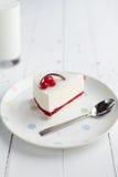 白色乳酪蛋糕用在一张木桌上的红色莓果 仍然1寿命 库存照片