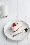 白色乳酪蛋糕用在一张木桌上的红色莓果 仍然1寿命 免版税库存图片