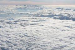 白色云彩不尽的海  免版税库存图片