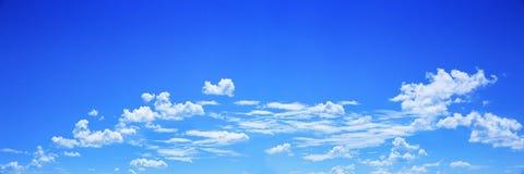白色云彩全景在蓝天的背景和设计的 免版税库存照片