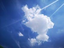 白色云彩和蓝天在夏天 库存照片