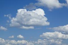 白色云彩和蓝天背景的 库存照片