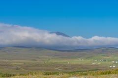 白色云彩和蓝天,在阿基尔岛,在爱尔兰 图库摄影