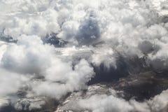 白色云彩和雪加盖的山 图库摄影