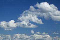 白色云彩在明亮的天空天 库存照片
