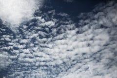 白色云彩在深蓝天空背景中 免版税库存照片