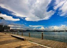 白色云彩在船坞 免版税库存照片