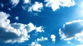 白色云彩在蓝天的热的太阳消失 定期流逝行动覆盖蓝天背景 影视素材