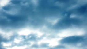 白色云彩在蓝天的热的太阳消失 定期流逝行动覆盖蓝天背景 股票录像