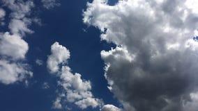 白色云彩在蓝天的热的太阳消失 环路功能部件时间间隔行动云彩由美丽的蓝天支持 影视素材