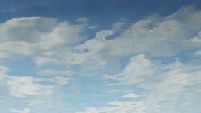白色云彩在蓝色河反射了 股票视频