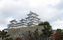 白色云彩天空背景的白姬路城 亦称姬路城白色苍鹭城堡 图库摄影