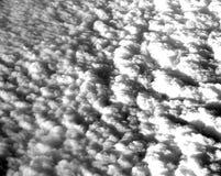白色云彩床在天空的从空气夺取了 免版税库存照片