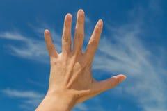 白色云彩我的手和蓝天 图库摄影