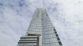 白色云彩时间间隔在高玻璃塔摩天大楼的有窗口反射的4k 股票录像