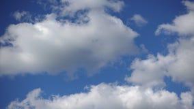白色云彩横跨天空,Timelapse美妙地移动 自由和安静一个惊人的场面  股票录像