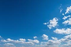 白色云彩浮游物通过深蓝非洲天空 免版税图库摄影