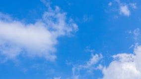 白色云彩移动时间间隔在清楚的天空蔚蓝的 影视素材