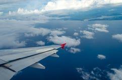 白色云彩通过航空器的窗口拍照片 库存图片