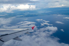 白色云彩通过航空器的窗口拍照片 免版税库存照片