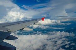 白色云彩通过航空器的窗口拍照片 库存照片