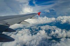 白色云彩通过航空器的窗口拍照片 图库摄影