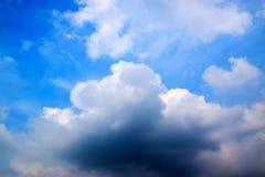 白色云彩,与天空0102的strom 免版税库存图片