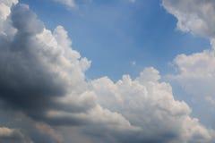 白色云彩阴云密布 库存图片