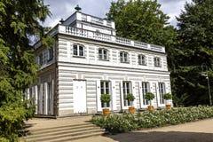 白色亭子在Lazienki,华沙 免版税库存图片