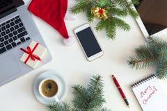 白色企业台式视图圣诞节项目和电子小配件 库存图片