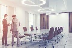 白色会议室内部褐色主持人 免版税库存图片