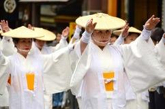 白色传统衣裳的年长日本舞蹈家在Aoba节日期间 免版税库存图片