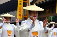 白色传统衣裳的年长日本舞蹈家在Aoba节日期间 免版税库存照片