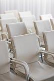 白色位子行背景  空的头发在会场里 免版税库存图片