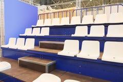 白色体育场椅子 库存照片
