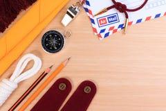 整洁白色侦察员绳索、围巾、口哨、铅笔、指南针、信封和空白的肩膀肩章 免版税库存照片