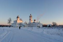 白色俄国ortodox修道院在冬日 免版税库存图片