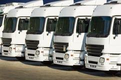 白色停放的卡车 免版税库存图片