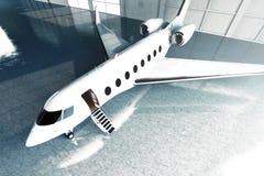 白色光滑的豪华普通设计私人喷气式飞机停车处照片在飞机棚机场 水泥楼层 秋天企业森林旅行妇女年轻人 图库摄影