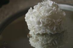 白色八仙花属花束和定婚戒指在玻璃桌上说谎 特写镜头水平的照片 库存图片
