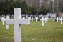 白色公墓十字架 图库摄影